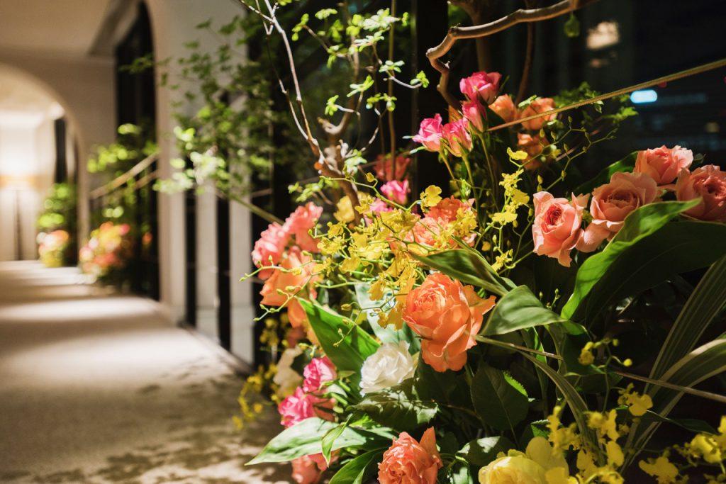 廊下にあるフラワーアレンジメントは一年毎に新しいお花になるそう♡